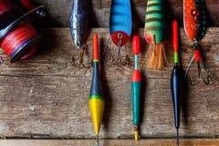 Articles de pêche sur une surface en bois Photos stock