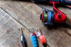 Articles de pêche sur une surface en bois Image libre de droits