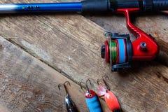Articles de pêche sur une surface en bois Photos libres de droits