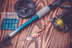 Articles de pêche sur une table en bois Images libres de droits