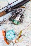 Articles de pêche - tige, bobine, ligne et attrait sur la carte Image libre de droits