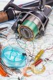 Articles de pêche - tige, bobine, ligne et attrait sur la carte Photographie stock libre de droits