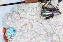 Articles de pêche - tige, bobine, ligne et attrait sur la carte Photos libres de droits