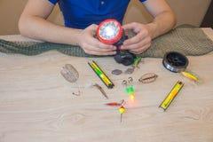 Articles de pêche - pêche tournant, ligne de pêche, crochets et attraits sur la table images stock