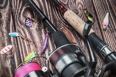Articles de pêche tournant sur une table en bois Image stock