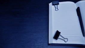 Articles de papeterie se trouvant sur le bureau Placez pour travailler à la maison de Image libre de droits