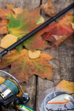 Articles de pêche à bord avec l'automne de feuilles Photographie stock