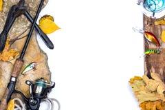 Articles de pêche sur des pierres avec l'ancre et les feuilles Images libres de droits
