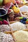 Articles de petit déjeuner dans la boîte en bois Images stock