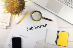 articles de recherche d'emploi sur la table blanche images stock