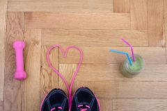 Articles de sport sur le plancher de parquet Image stock