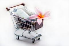 Articles de toilette avec la fleur et le chariot de plumeria photo stock