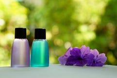 Articles de toilette et fleurs photographie stock