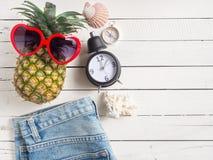 Articles de vacances d'été, vue supérieure d'accessoires de plage Images stock