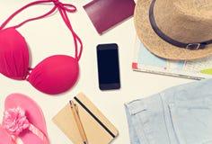 Articles de voyage et de vacances sur la table Configuration plate Image stock