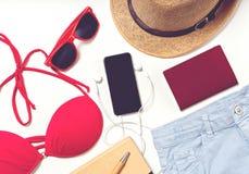 Articles de voyage et de vacances sur la table Configuration plate Photo stock