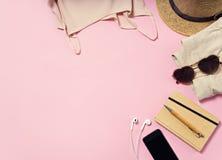 Articles de voyage et de vacances sur la table Configuration plate Photographie stock