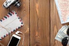 Articles de voyage et de vacances sur la table en bois Images libres de droits