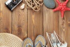 Articles de voyage et de vacances sur la table en bois Image stock