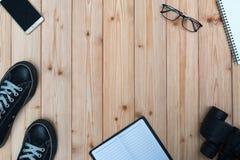Articles essentiels de vacances, espadrilles, verres, téléphone intelligent, binocu Photographie stock libre de droits