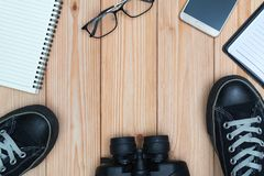 Articles essentiels de vacances, espadrilles, verres, téléphone intelligent, binocu Photographie stock