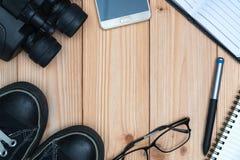Articles essentiels de vacances, espadrilles, verres, téléphone intelligent, binocu Photos stock