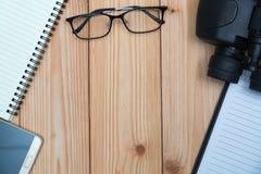 Articles essentiels de vacances, espadrilles, verres, téléphone intelligent, binocu Photos libres de droits