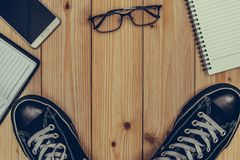 Articles essentiels de vacances, espadrilles, verres, téléphone intelligent, binocu Images stock