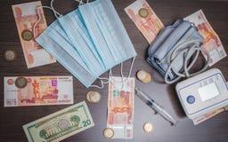 Articles et argent médicaux sur la table photographie stock