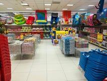 Articles et jouets à la maison au magasin enorme Photographie stock libre de droits