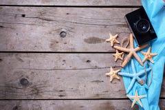 Articles marins et vieil appareil-photo sur le fond en bois Photo libre de droits