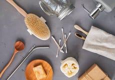 Articles matériels réutilisables et naturels pour la salle de bains, la cuisine et l'hygiène sur le fond en pierre gris photos libres de droits