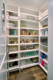 Articles modernes d'étagère de nourriture de survie de cabinet de la Communauté Photos stock