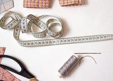 Articles pour couper et coudre Bande et amorçages de mesure Images stock