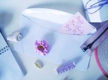 Articles pour la couture sur un fond clair, préparation pour le jour du ` s de mère Photos libres de droits