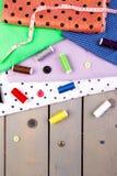Articles pour les vêtements de couture Boutons de couture, bobines de fil et tissu Vue supérieure Image libre de droits