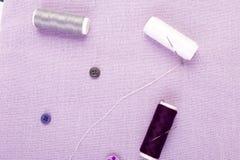 Articles pour les vêtements de couture Boutons de couture, bobines de fil et tissu Vue supérieure Photo libre de droits