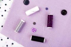 Articles pour les vêtements de couture Boutons de couture, bobines de fil et tissu Vue supérieure Photos libres de droits