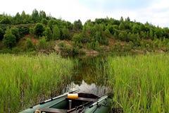 Articles requis pour pêcher sur un prédateur, sur un étang Photo libre de droits
