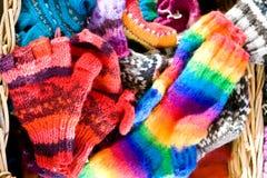Articles tricotés dans un panier en osier Images stock