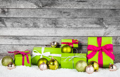 Articles verts et argentés de décoration de Noël Image libre de droits