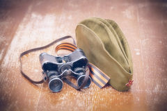 Articles WWII : George Ribbon, chapeau de fourrage, jumelles Photographie stock