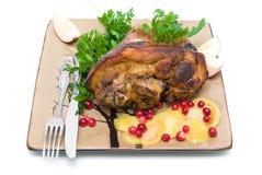 Articolazione arrostita della carne di maiale su un piatto su un fondo bianco Immagine Stock Libera da Diritti