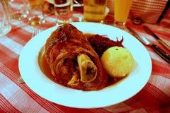 Articolazione Germania della carne di maiale con i potatos schiacciati Fotografia Stock