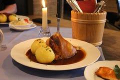 Articolazione tradizionale della carne di maiale con gli gnocchi sul piatto Fotografia Stock