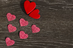 Articoli da arredamento per la celebrazione del giorno del ` s del biglietto di S. Valentino su un fondo di legno Immagine Stock