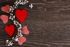 Articoli da arredamento per la celebrazione del giorno del ` s del biglietto di S. Valentino su un fondo di legno Fotografia Stock Libera da Diritti