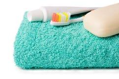 Articoli da toeletta (spazzolino da denti, sapone, asciugamano) Fotografie Stock Libere da Diritti