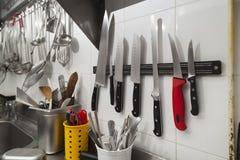 Articoli della cucina che pendono da una parete immagini stock libere da diritti