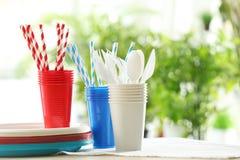 Articoli di plastica sulla tavola immagine stock